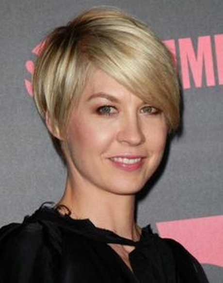 The slight edge makes the textured pixie haircut soft and feminine ...