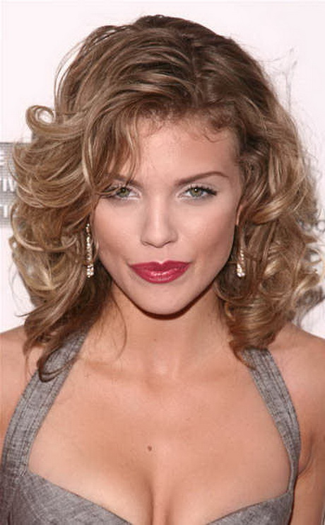 curly shoulder length hairstyles annalynne mccords shoulder length