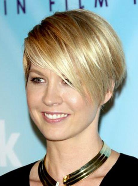 Jenna Elfman Hairstyle Wedge Cut; A wedge hair cut for Jenna Elfman