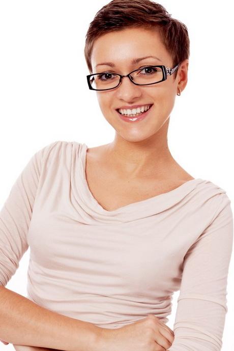 Женщина в очках стрижек