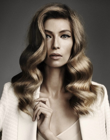 Wonderful 1960s Hair Styles Is All About Smooth Hair Rolling To