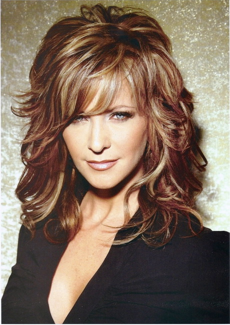 Medium Wavy Hairstyle: Summer Haircuts for Women Over 30 40