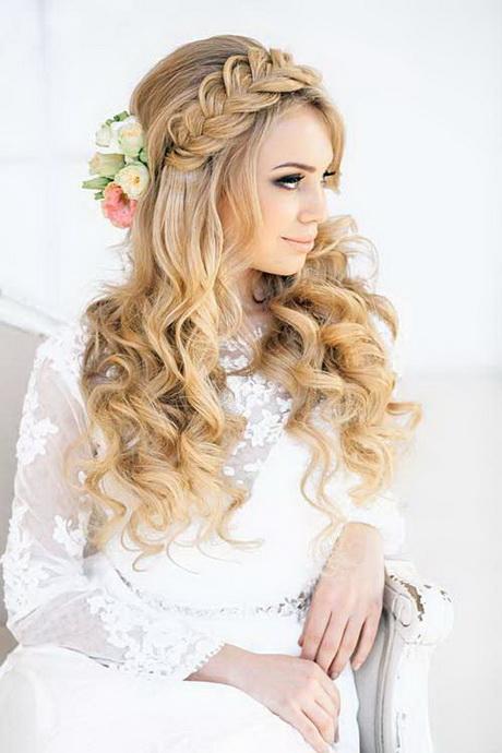 Прическа с распущенными волосами с заколкой