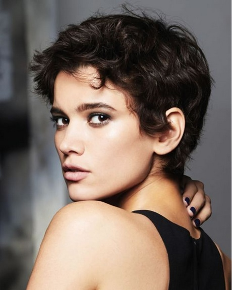 Short haircuts for round faces 2018