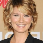 Short wavy hair for round face