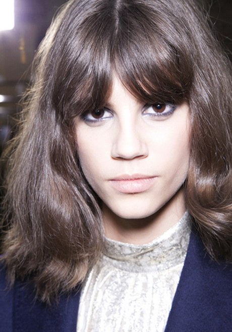 7 Hairstyles For Growing Out Bangs
