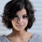 Hairstyles for wavy hair round face