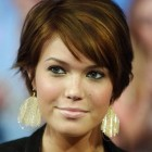 Short haircuts for wavy hair and round faces